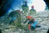 Hasiči zachraňují kozy na skalní římse u Mikulova.