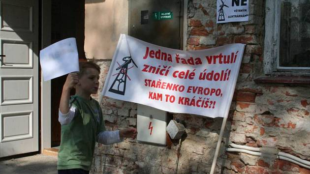 Odpůrci větrných elektráren v Kloboukách u Brna přišli své stanovisko na veřejné projednávání projevit s originálními transparenty. Vrtule by podle nich zničily osobitý krajinný ráz Kloboucka.