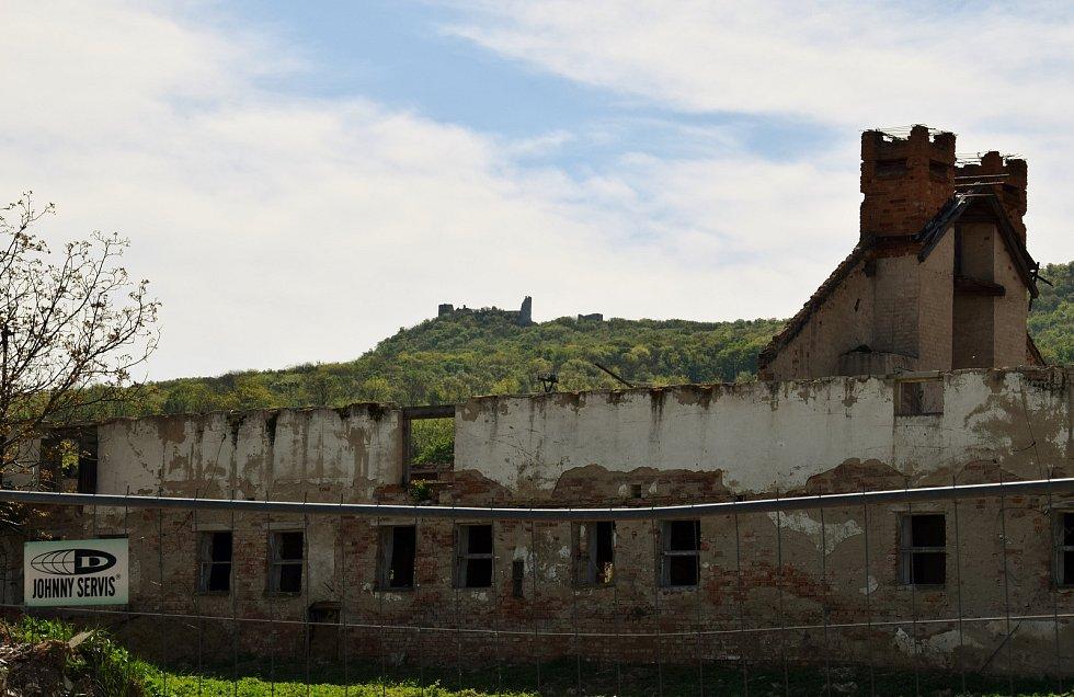 Část bývalého zemědělského družstva, která se nachází za plotem, není ve vlastnictví obce.