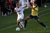 Fotbalisté Holice (v bílém) porazili Břeclav 1:0.