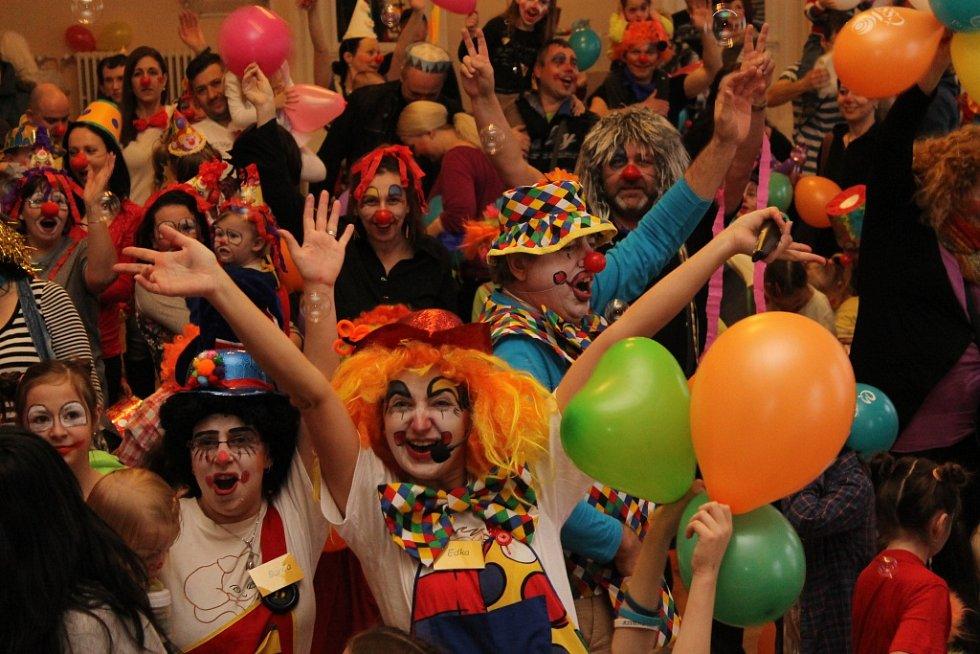 Nalíčené děti i dospělí se sešli v břeclavském Dělnickém domě. V neděli tam vytvořili český rekord v počtu klaunů na jednom místě.