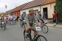 Recesistický závod kol s pevným převodem přivedl na start do Charvátské Nové Vsi přes sto závodníků.