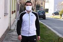 Fotbalista Ivan Dvořák dodržuje povinnost nošení roušky na veřejnosti.