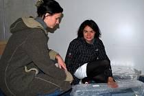 Organizátorka výstavy Michaela Cibulková (vlevo) pracuje s Eliškou Kaplicky v jízdárnách lednického zámku na přípravě výstavy Jan Kaplický: Vlastní cestou.
