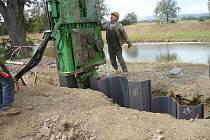 Ocelovou štětovou stěnu využili k sanaci průsaků hráze řeky Moravy v Uherském Hradišti. Stejná technologie poslouží i v Břeclavi.
