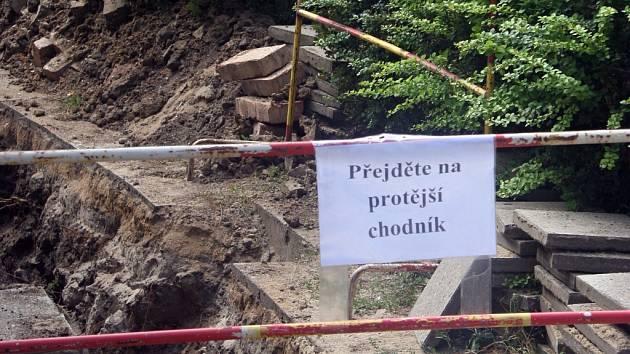 Na ulici Bratislavská v Břeclavi čeká chodce úsměvné varování.