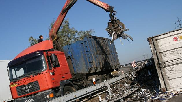 Odstranit vysypaný kovový šrot z nájezdu na dálnici musel přijet nakladač.
