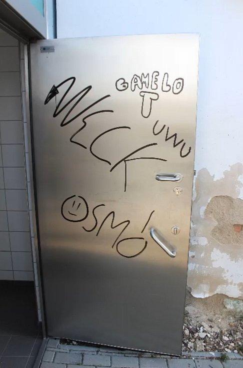 Sprejeři se v Břeclavi zodpovídají z vandalismu na autobusovém nádraží.