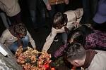 U kamenného památníku obětem totalitních režimů na Zámeckém náměstí v Břeclavi se v úterý odpoledne schází přibližně třicet lidí. Pietní akci věnovanou událostem ze sedmnáctého listopadu 1939 a 1989 pořádají skauti.