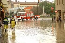 Skutečně jako kamarádi z mokré čtvrti si mohli připadat zaměstnanci restaurace na ulici vedoucí k hustopečskému náměstí. Přívalový déšť jim vehnal vodu přímo do provozovny. Hasičům se ji ale okamžitě podařilo odčerpat.