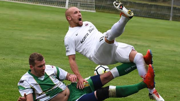 Fotbalisté Sokola Lanžhot (v bílém) porazili na domácím trávníku Slovan Bzenec přesvědčivě 4:1.