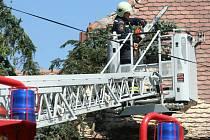 V Moravské Nové Vsi spadl při noční bouřce strom na střechu rodinného domu.