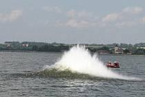 Kromě odstřelů ve vodě hasiči na Nových Mlýnech nacvičují i nasazování trhaviny k likvidaci kmenů, které blokují při povodních průtok řek a mostní konstrukce.
