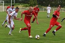 Fotbalisté Sokola Lanžhot (v červených dresech) předvedli proti druholigové juniorce Slovanu Bratislava sympatický výkon.