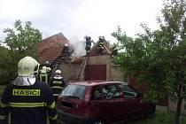 Dělníci, kteří opravovali střechu garáže v Šakvicích na Břeclavsku, neopatrně zacházeli s otevřeným ohněm. A zapálili přitom sousední stodolu.