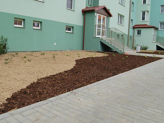 Ubyvatelé z Hustopečí si zvelebili okolí svého nového bydlení U Větrolamu.