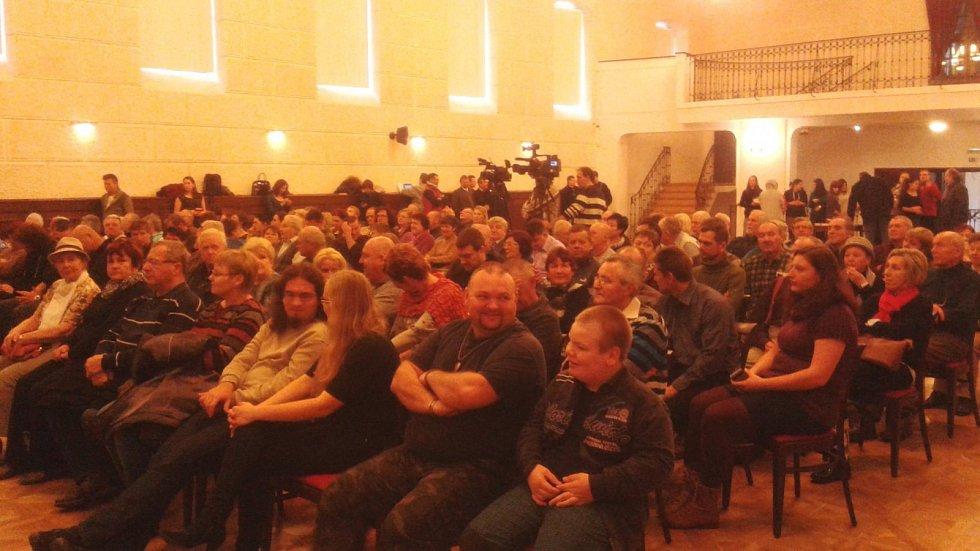 Přibližně 150 lidí přišlo na debatu s prezidentem Milošem Zemanem na mikulovský zámek.