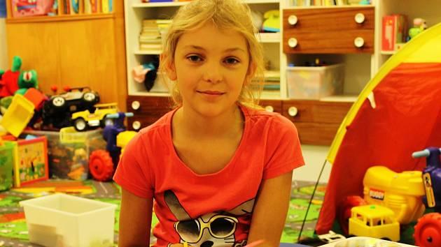 Skupina dětí se v břeclavské městské části Charvátská Nová Ves účastní příměstského tábora Veselý farmář.