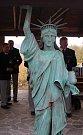 V Bořeticích na úvod Putování za mladým vínem odhalili členové vlády recesistické Svobodné spolkové republiky Kraví hora sochu Svobody v lidské velikosti.