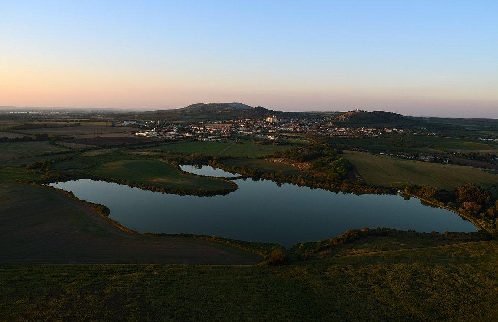 Letecký pohled na rybník Šibeničník u Mikulova.