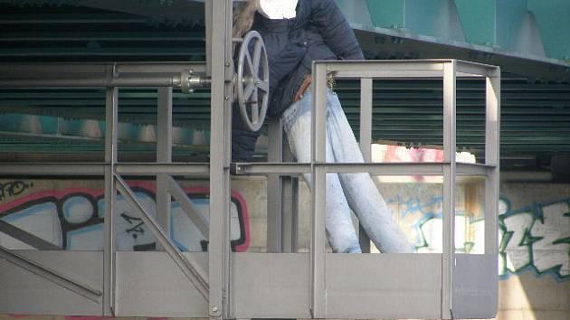 Postava oběšence na plošině železničního mostu v Břeclavi.