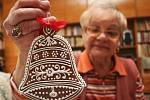 Božena Ventrubová z Břeclavi ukazuje své vánoční perníčky.