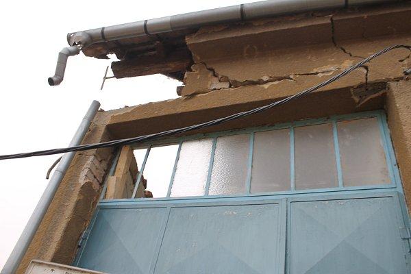 VLanžhotě spadla vpondělí obvodová zeď rodinného domu vLesíčkové ulici. Nikomu se nic nestalo. Hasiči místo nehody zajistili.