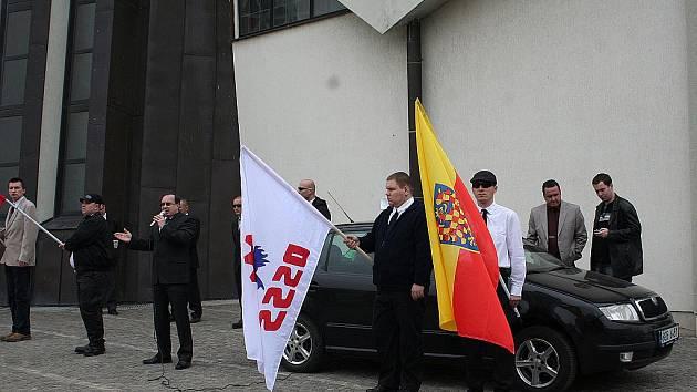 Páteční setkání příznivců Dělnické strany sociální spravedlnosti na břeclavském náměstí.