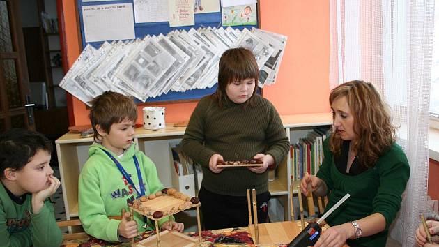 Středisko volného času ve Velkých Pavlovicích uspořádalo pondělní kurz pro děti věnovaný výrobě ptačích budek.