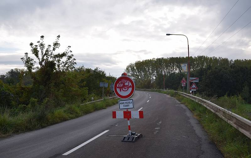 Silničáři stavějí před vjezdem do Drnholce nový most přes řeku Dyji. Hotový má být na konci května příštího roku.