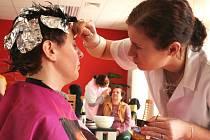 Budoucí kadeřnice a kosmetičky z břeclavského učiliště plnily přání v domě pro seniory v Kosticích.