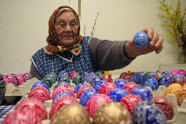 Sedmaosmdesátiletá Marie Nádeníčková z Borkovan ukazuje své kraslice.