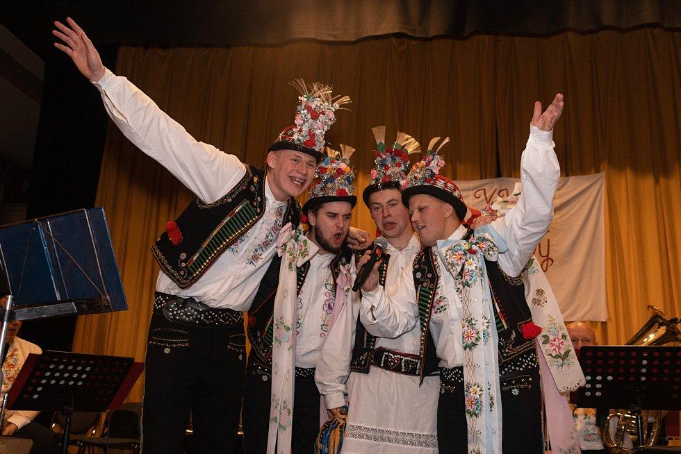 Krojový ples se v Hustopečích konal už pojedenadvacáté. Na snímku vyhlašují stárci z Hustopečské chasy sólo.