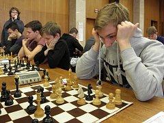 Gymnazisté z Břeclavi a školáci z Velkých Němčic a Staré Břeclavi se v ostré konkurenci 25 týmů se 106 mladými šachisty stali v břeclavském Domě školství vítězi okresního kola Přeboru škol v šachu.