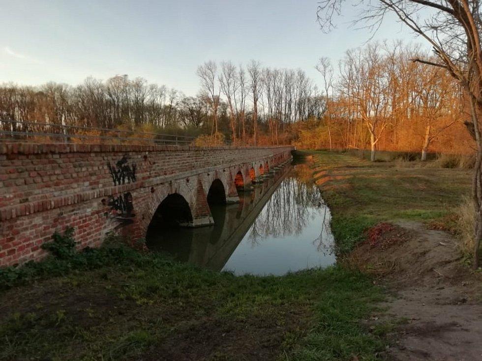 Zděný historický most ze 17. století v Portz Insel i informační tabule poničil zatím neznámý vandal.