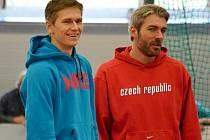 Radek Juška (vlevo) se svým současným trenérem Josefem Karasem, bývalým vícebojařem.
