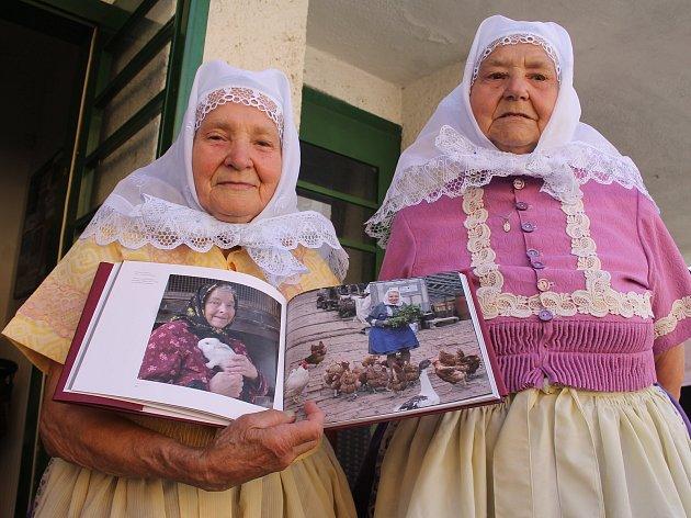V břeclavském kině Koruna v pondělí pokřtili novou knihu Víchernice. Zaměřuje se na mizející babičky, které oblékají lidové kroje. Kmotrem knihy je herec Zdeněk Junák.