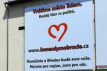 V Břeclavi se objevil billboard, který nabádá ke konci dymokracie.