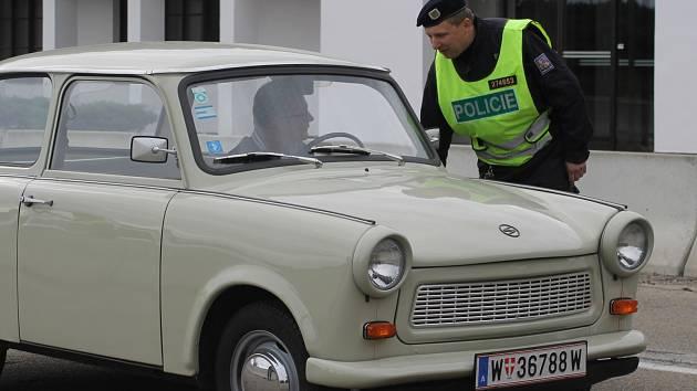Policisté a vojáci při prověrce na znovuobnovení kontrol na hranicích s Rakouskem loni kontrolovali auta i na hraničním přechodu Břeclav - Reintal.