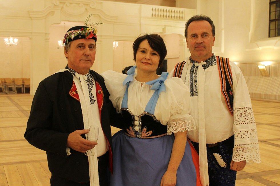 Folkloristi Ludvík Bartoš (vlevo) a Jitka a Břetislav Osičkovi ve valtické zámecké jízdárně.