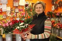 I květinářství se připravují na valentýnský svátek. Ivana Fialová vede jedno v Břeclavi.