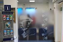 České dráhy otevřely novou čekárnu ČD Lounge ve vestibulu vlakového nádraží v Břeclavi. Na prosklených stěnách jsou siluety prezidenta Masaryka a břeclavských dominant.