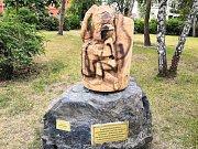 Novou sochu Charváta v Břeclavi poničil neznámý vandal.
