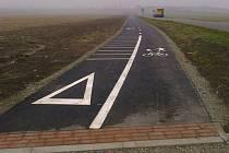 Zhruba rok novou cyklostezku vedoucí z Šakvic na nádraží nasvítí nové lampy veřejného osvětlení.