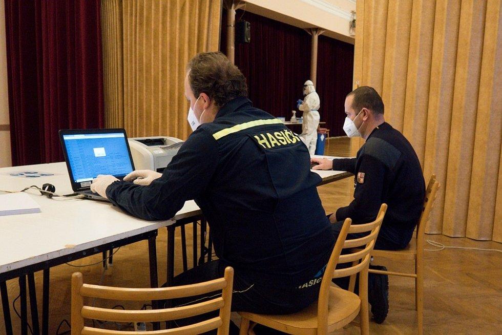 V pondělí o půl jedné odstartoval provoz nového odběrového místa COVID-19 v Hustopečích. Jeho chod kompletně zajišťují příslušníci profesionální hasiči.