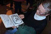 Galerie Efram v mikulovské Husově ulici zve na procházku do říše neprofesionálního umění. Jako puzzle ji tam ze svých výtvorů poskládalo třicet nadšenců z města a okolí. Zahájili tak výstavu Made in Mikulov 2012.