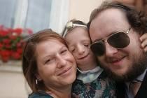 Sedmiletá Emma se svými rodiči Kateřinou Pyskatou a Markem Jurkovičem.