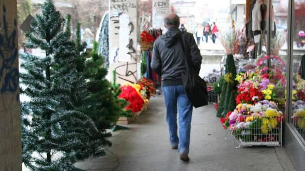 Břeclavské chodníky se před Vánocemi proměnily v obchodní zónu.