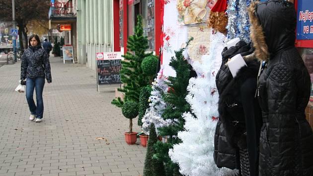 Obchodníci, kteří vystavovali zboží před prodejnami, a mnohdy tak znepříjemňovali chůzi lidem po Břeclavi, budou platit za zábor veřejného prostranství více.