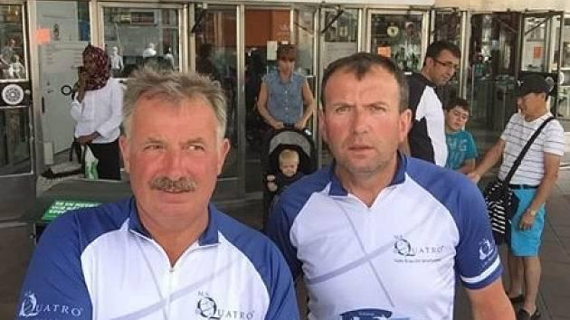 Miroslav a Jiří Nevědělovi (na fotce zleva) vyrazili na kole do Švédska.